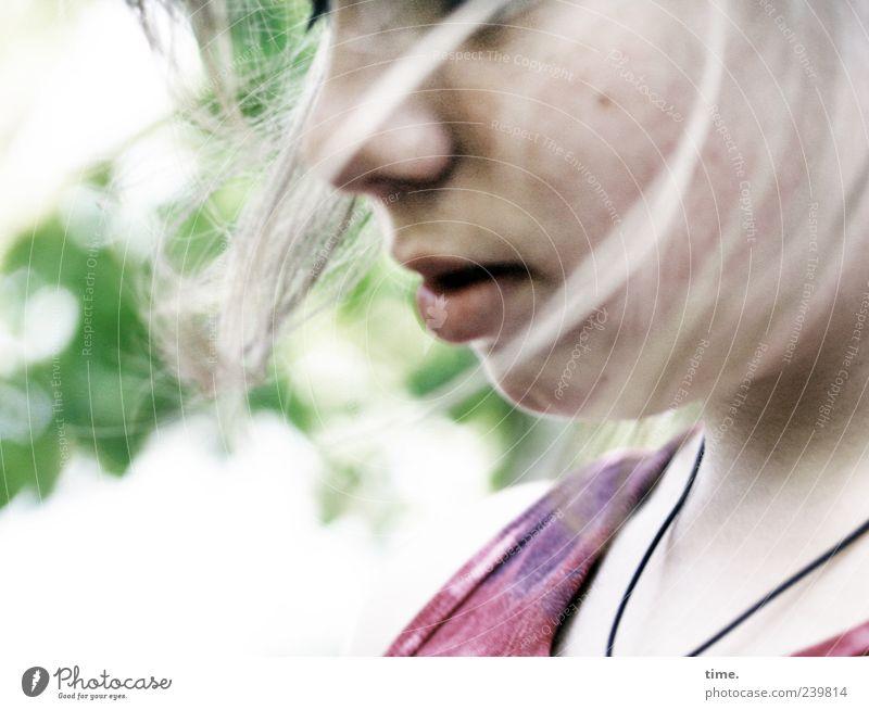 Bewegte Gedanken Haare & Frisuren feminin Mädchen Jugendliche Kopf Gesicht Lippen 1 Mensch 13-18 Jahre T-Shirt Bewegung hell schön gewissenhaft Vorsicht Neugier