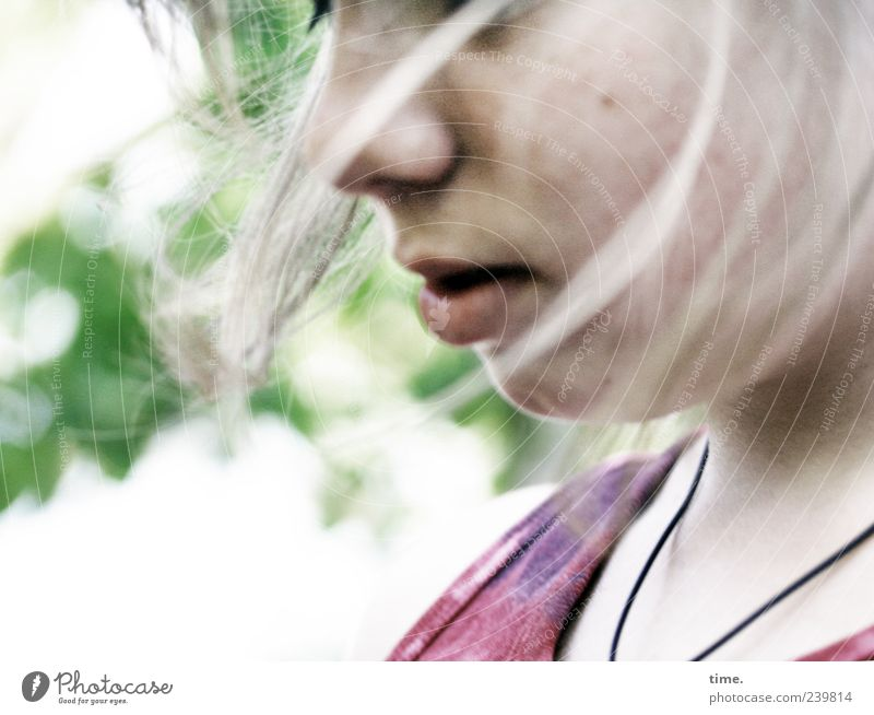 Bewegte Gedanken Mensch Kind Jugendliche schön Mädchen Gesicht Erholung feminin Bewegung Haare & Frisuren Kopf hell Stimmung Zufriedenheit elegant T-Shirt