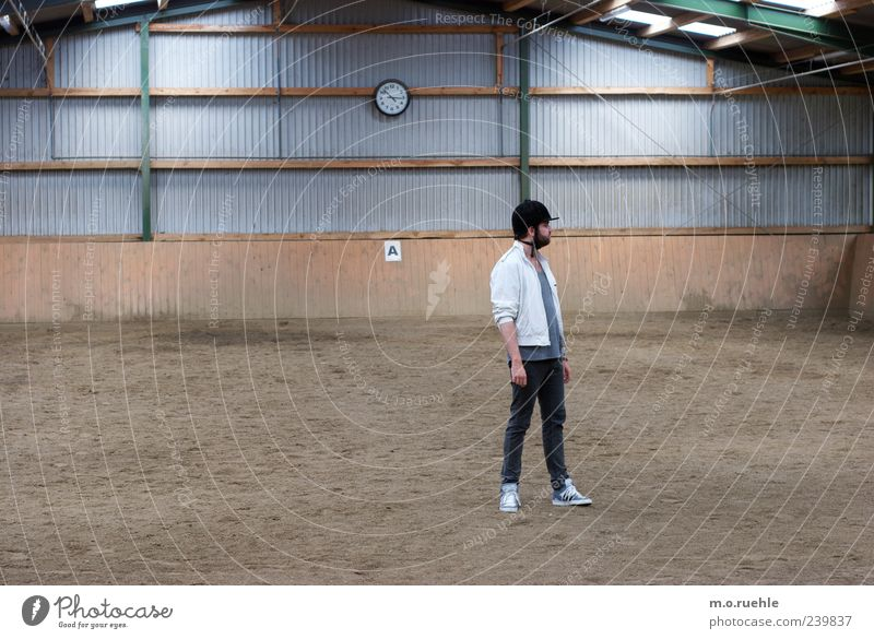 Fuck, where are my horses? Mensch Jugendliche Einsamkeit Erwachsene Freizeit & Hobby warten maskulin Junger Mann 18-30 Jahre stehen Hut Halle Reitsport Reiten