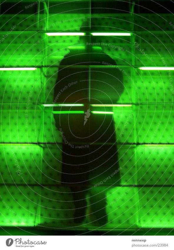 Der Schwarze Mann schwarz grün Gitter Neonlicht groß Macht gefangen Fassade Haftstrafe Nachtaufnahme Silhouette Hefe Krimineller seltsam geheimnisvoll Agent