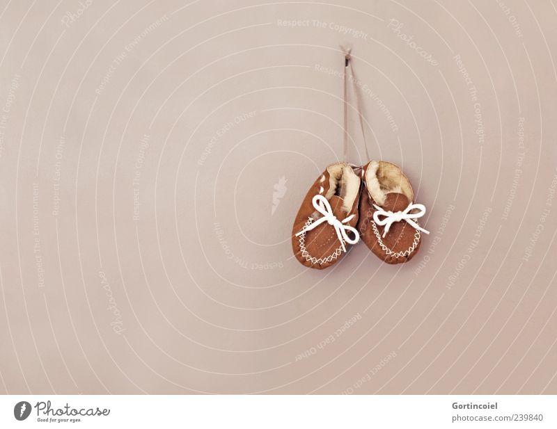 Baby Wand klein braun Schuhe Fell Leder Geburt hängend Schuhbänder Kinderschuhe Schuhpaar