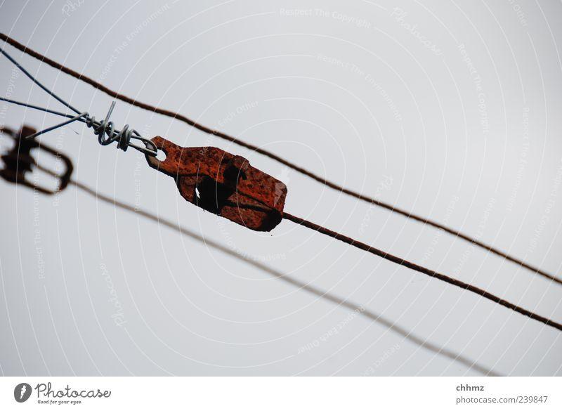 Dreiergespann grau Metall braun 3 diagonal Stahl Rost hängen Draht Eisen Halt verwittert Patina Drahtseil spannen Detailaufnahme