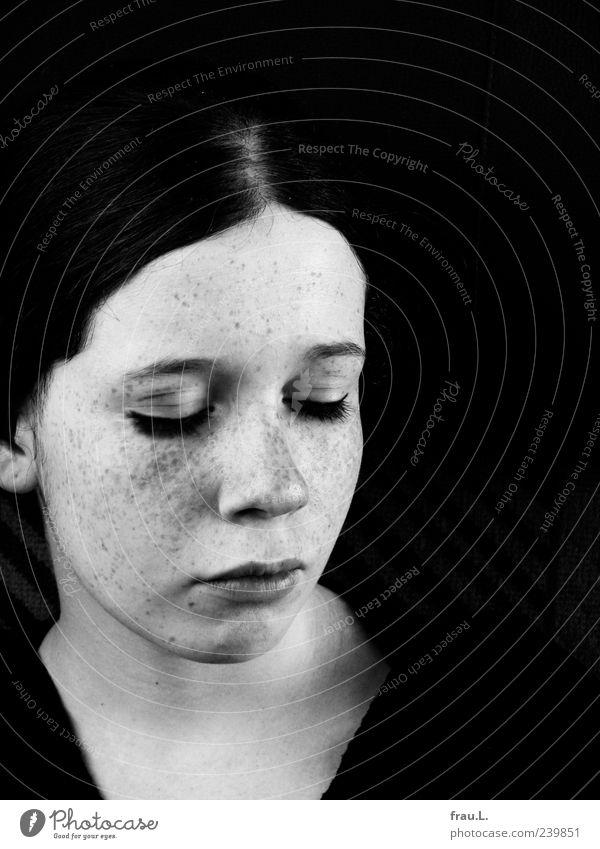 Au revoir Mensch Jugendliche schön Gesicht feminin Gefühle träumen Junge Frau außergewöhnlich authentisch schlafen einzigartig weich Sehnsucht Identität Sommersprossen