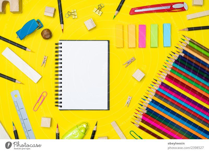 Minimaler Arbeitsbereich Bunter Hintergrund mit vielen Buntstiften, Design Schreibtisch Tisch Schule Klassenraum Studium Arbeit & Erwerbstätigkeit Büro Business