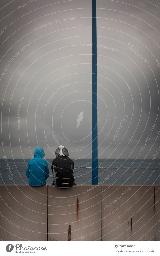 Fernweh am Hafen Mensch Kind Natur Jugendliche Wasser Ferien & Urlaub & Reisen Meer Küste Mauer Traurigkeit Paar Freundschaft Regen Deutschland Kindheit sitzen