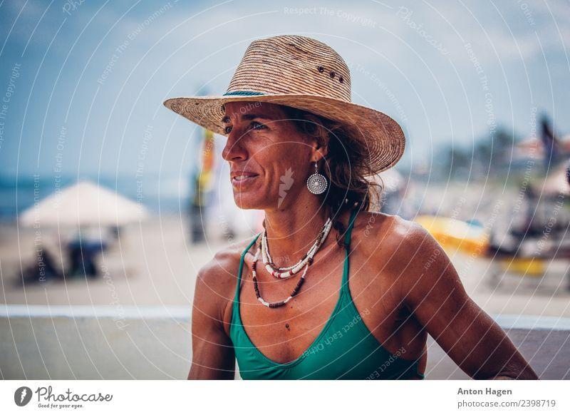 Frau mit Strohhut am Strand Lifestyle sportlich Fitness Leben Wohlgefühl maskulin feminin Erwachsene 1 Mensch 30-45 Jahre Begeisterung Leidenschaft