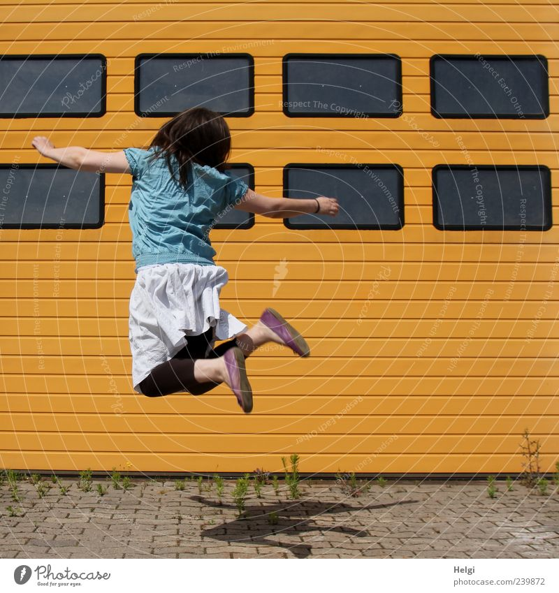 hopp.... Mensch Frau Jugendliche blau weiß Erwachsene gelb Fenster Leben Bewegung Haare & Frisuren Junge Frau grau springen Stein Gebäude