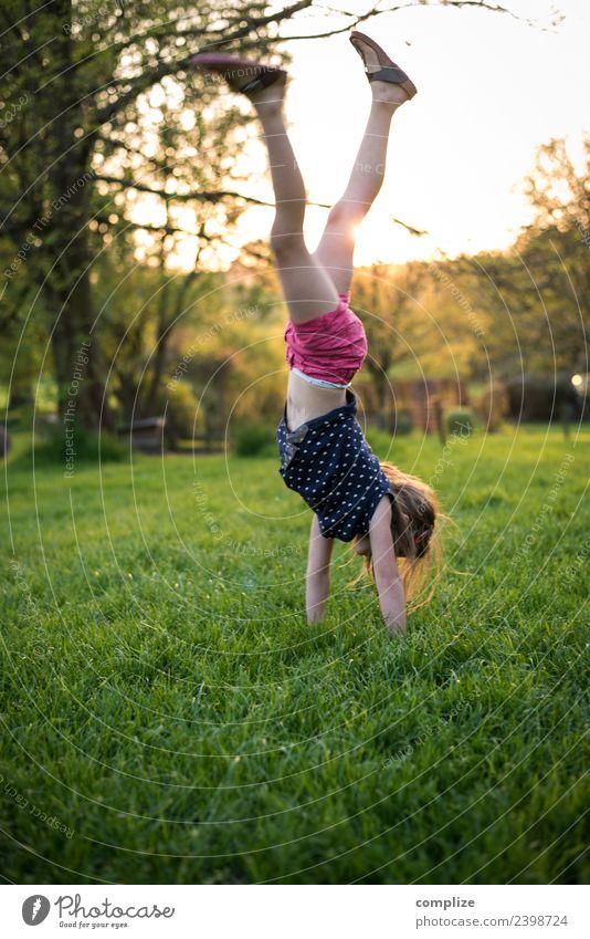 Mädchen macht Handstand Kind Himmel Natur Sonne Freude Leben Gesundheit Umwelt Wiese Glück Spielen Garten Schule Kindheit Lebensfreude Schönes Wetter