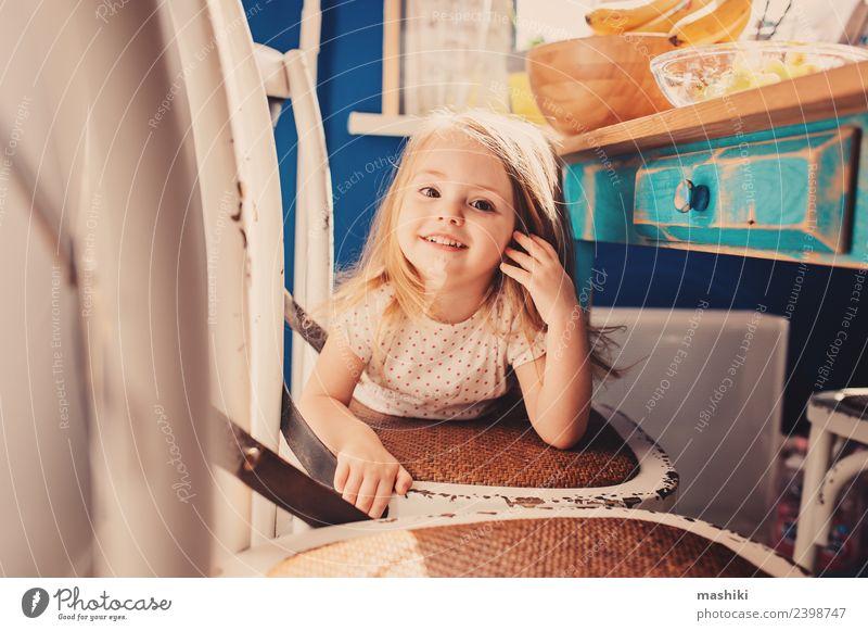 fröhliches Kleinkind Mädchen spielt in der Küche Freude Glück schön Spielen Kind Baby blond Lächeln lachen klein niedlich weiß reizvoll Kaukasier farbenfroh