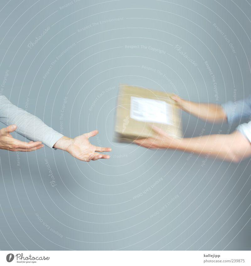 return to sender Mensch Mann Hand Erwachsene Arbeit & Erwerbstätigkeit Arme maskulin Finger Industrie Team Güterverkehr & Logistik festhalten