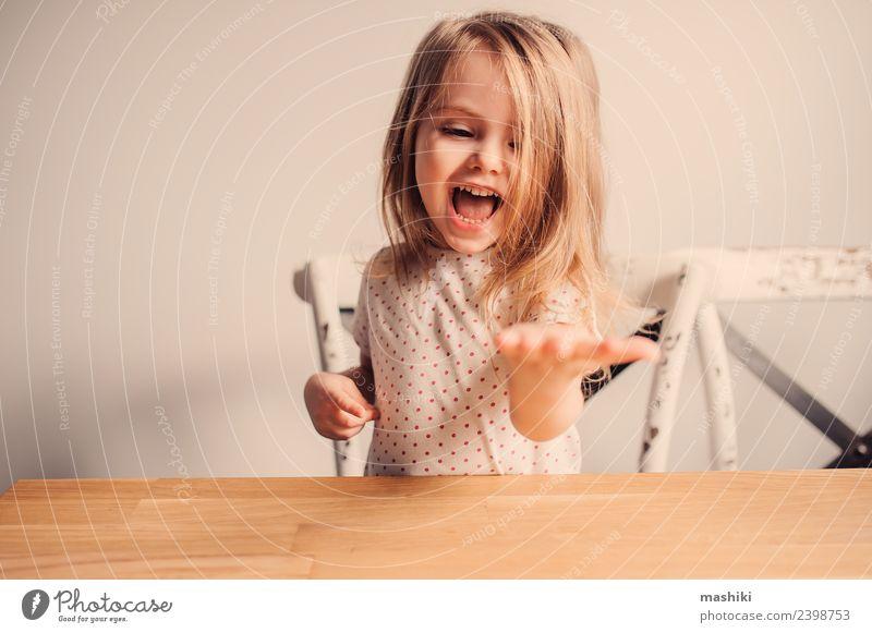 fröhliches Kleinkind-Mädchen im Pyjama, das in der Küche spielt. Freude Glück schön Spielen Kind Baby blond Lächeln lachen klein niedlich weiß reizvoll