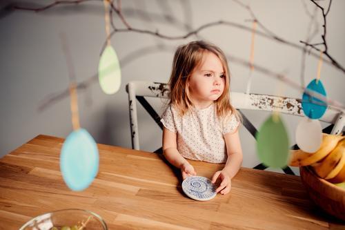 fröhliches Kleinkind-Mädchen im Pyjama in der Küche Lifestyle Freude Glück schön Gesicht Kind Baby Frau Erwachsene Lächeln lachen Fröhlichkeit klein niedlich