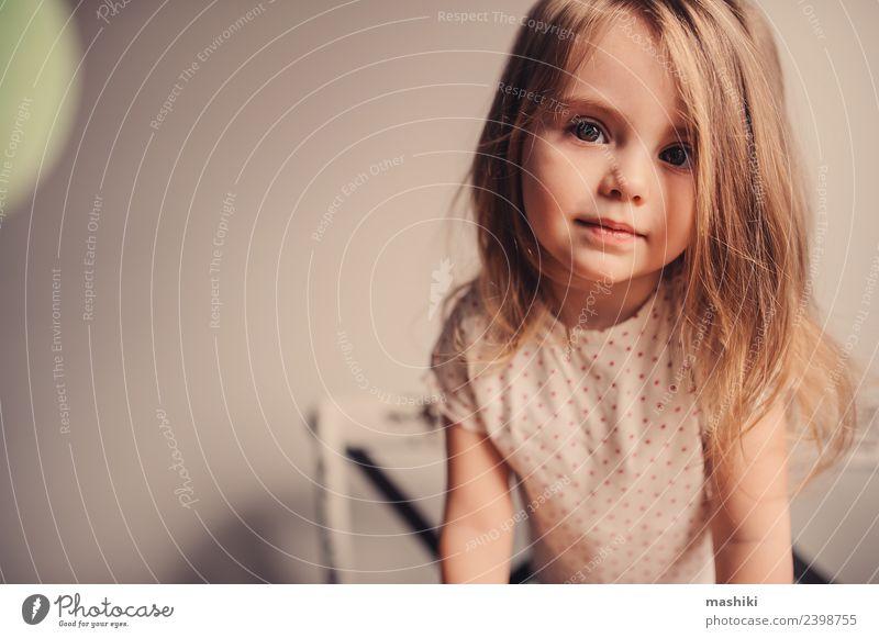 süßes glückliches Kleinkind Mädchen zu Hause Freude schön Küche Kind Baby Familie & Verwandtschaft Lächeln Liebe klein niedlich weiß reizvoll Kaukasier Tochter