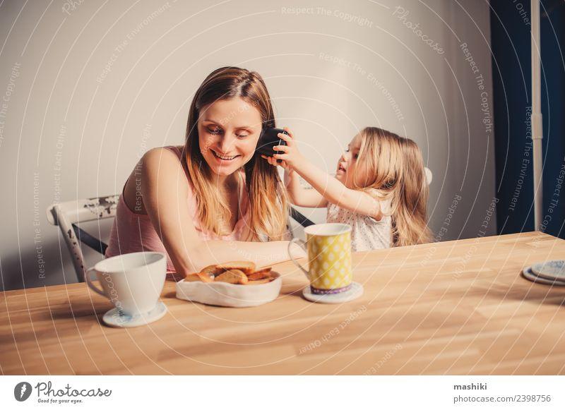 Mama spielt mit der Kleinkind-Tochter zu Hause. Frühstück Tee Freude Glück schön Spielen Tisch Küche Kind Baby Eltern Erwachsene Mutter Familie & Verwandtschaft