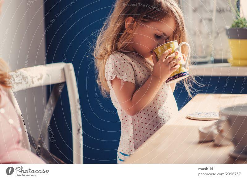 süßes Kleinkind Mädchen trinkt Tee zum Frühstück Freude Glück schön Spielen Tisch Küche Kind Baby Eltern Erwachsene Mutter Familie & Verwandtschaft blond