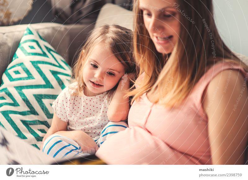 schwangere Mutter lesend Buch zu Kleinkind Tochter Freude Glück schön Spielen Sofa Kind Baby Eltern Erwachsene Schwester Familie & Verwandtschaft Lächeln lachen