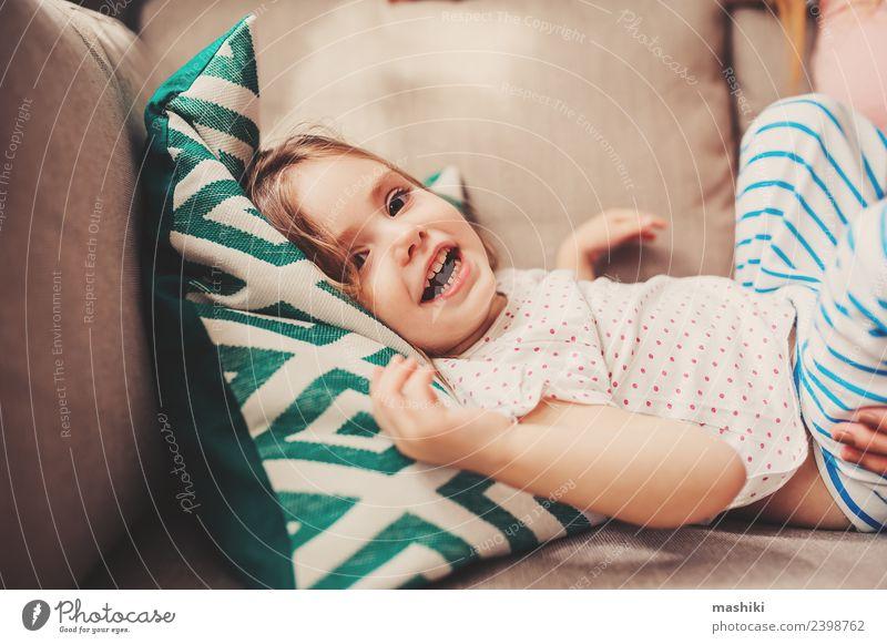 glückliches Kleinkind Mädchen, das zu Hause spielt. Lifestyle Freude Glück schön Gesicht Kind Baby Frau Erwachsene Lächeln lachen Fröhlichkeit klein niedlich