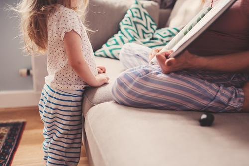 Mutter lesend Buch zu Kleinkind Tochter Lifestyle Freude Kind Baby Frau Erwachsene Eltern Familie & Verwandtschaft Freundschaft Kindheit Liebe sitzen
