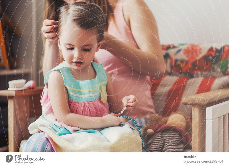 Mutter bürstet Töchter Haare zu Hause Lifestyle Glück schön Spielen Baby Kleinkind Frau Erwachsene Eltern Familie & Verwandtschaft Blume Haarbürste Liebe sitzen