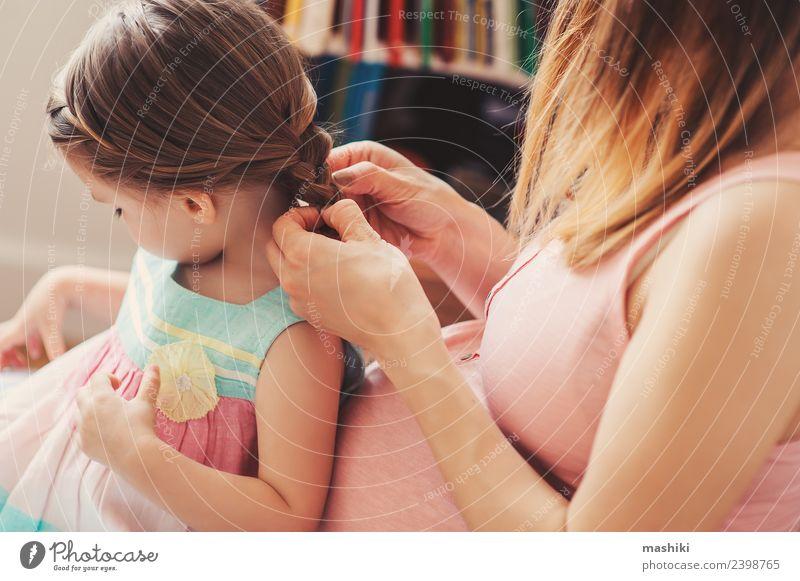 Mutter, die die Haare der Tochter des Kleinkindes bürstet. Lifestyle Glück schön Spielen Baby Frau Erwachsene Eltern Familie & Verwandtschaft Blume Haarbürste