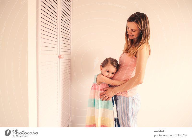 schwangere Mutter und Kleinkindstochter zu Hause Lifestyle Freude Glück schön Spielen Tisch Kind Eltern Erwachsene Schwester Familie & Verwandtschaft Küssen