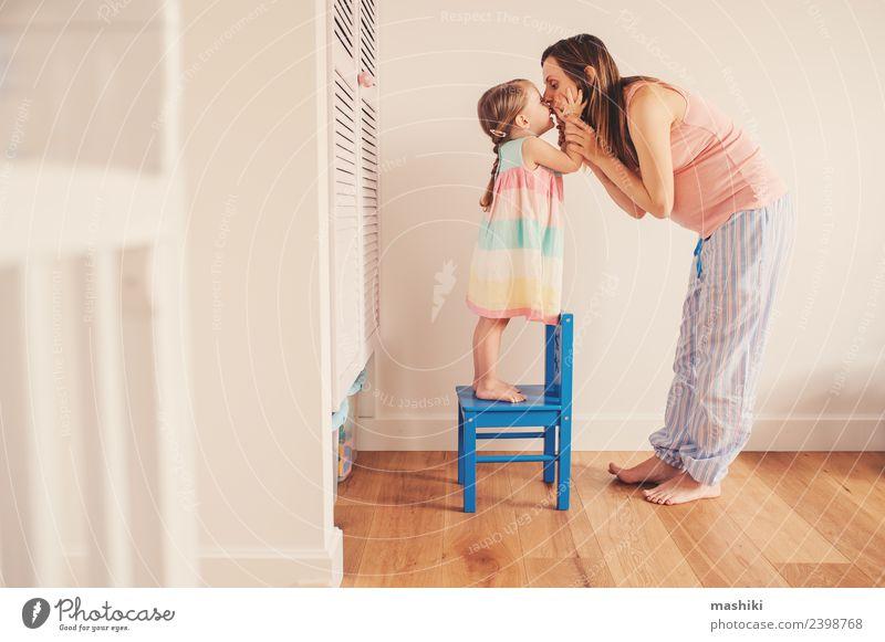 schwangere Mutter küssend Kleinkind Tochter zu Hause Lifestyle Freude Kind Baby Frau Erwachsene Eltern Schwester Familie & Verwandtschaft Freundschaft Küssen