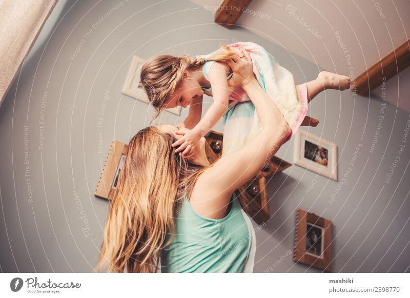 Mutter und Kleinkind Mädchen spielen zu Hause Lifestyle Sofa modern Innenbereich Raum Spielen heimwärts Glück Familie & Verwandtschaft Morgen