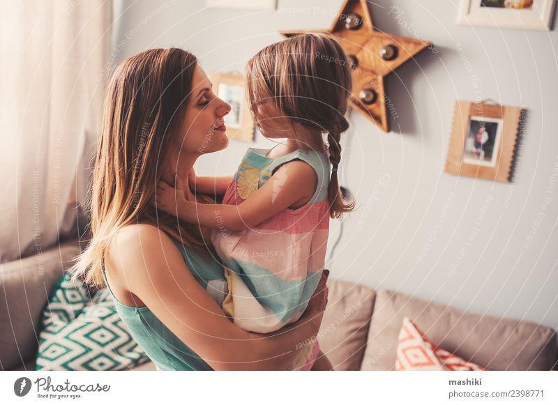 Mutter und Kleinkind Mädchen spielen zu Hause Lifestyle Freude schön Kind Baby Frau Erwachsene Eltern Familie & Verwandtschaft Lächeln Liebe Fröhlichkeit