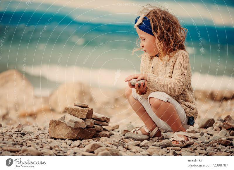 Kind Mädchen spielt mit Steinen am Strand Lifestyle Freizeit & Hobby Ferien & Urlaub & Reisen Sommer Sommerurlaub Sonne Meer 3-8 Jahre Kindheit genießen Spielen