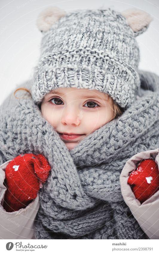 süßes Babymädchen im Strickschal spazieren gehen im Winter Stil Freude Glück schön Spielen stricken Schnee Kind Kindheit Wetter Wald Mode Mantel Schal Hut