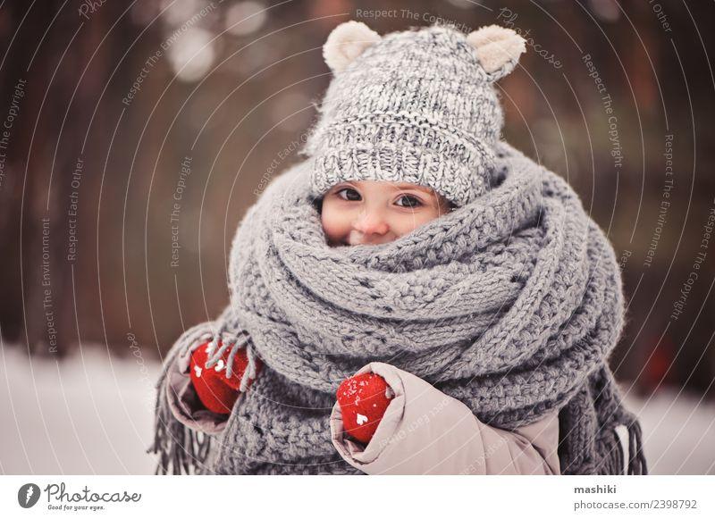 Baby Mädchen beim Spaziergang im Winterwald Stil Freude Glück schön Spielen stricken Schnee Kind Kindheit Wetter Wald Mode Mantel Schal Hut Lächeln klein