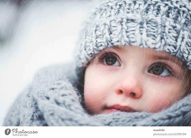 Baby Mädchen im gestrickten Schal wandern im Winterwald Stil Freude Glück schön Spielen stricken Schnee Kind Kindheit Wetter Wald Mode Mantel Hut Lächeln klein