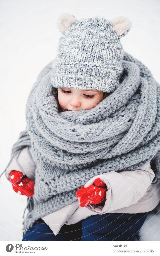 Baby Mädchen im gestrickten Schal wandern im Winterwald Lifestyle Freude Ferien & Urlaub & Reisen Schnee Kind Kleinkind Kindheit Wetter Wald Mode Mantel Hut