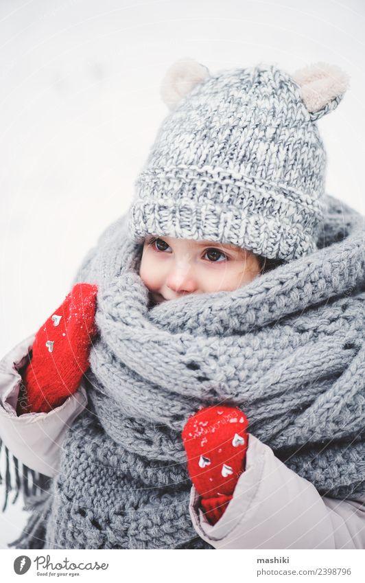 süßes Babymädchen im Strickschal spazieren gehen im Winter Lifestyle Freude Ferien & Urlaub & Reisen Schnee Kind Kleinkind Kindheit Wetter Wald Mode Mantel