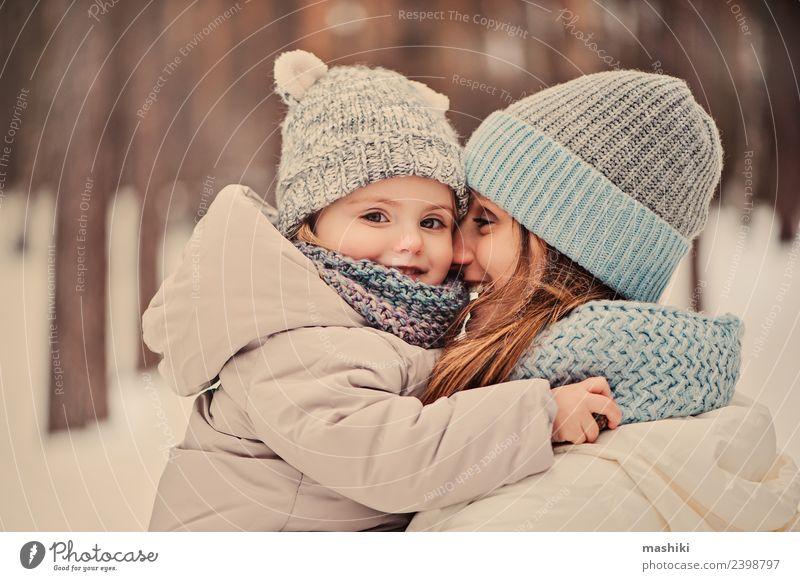 Mutter geht mit Tochter im Winter spazieren Lifestyle Freude schön Spielen Ferien & Urlaub & Reisen Schnee Kind Baby Kleinkind Frau Erwachsene Kindheit Wetter