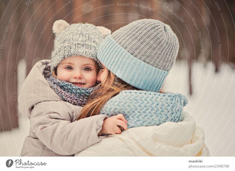 glückliche Familie auf Winterspaziergang Lifestyle Freude Spielen Ferien & Urlaub & Reisen Schnee Kind Kleinkind Eltern Erwachsene Mutter