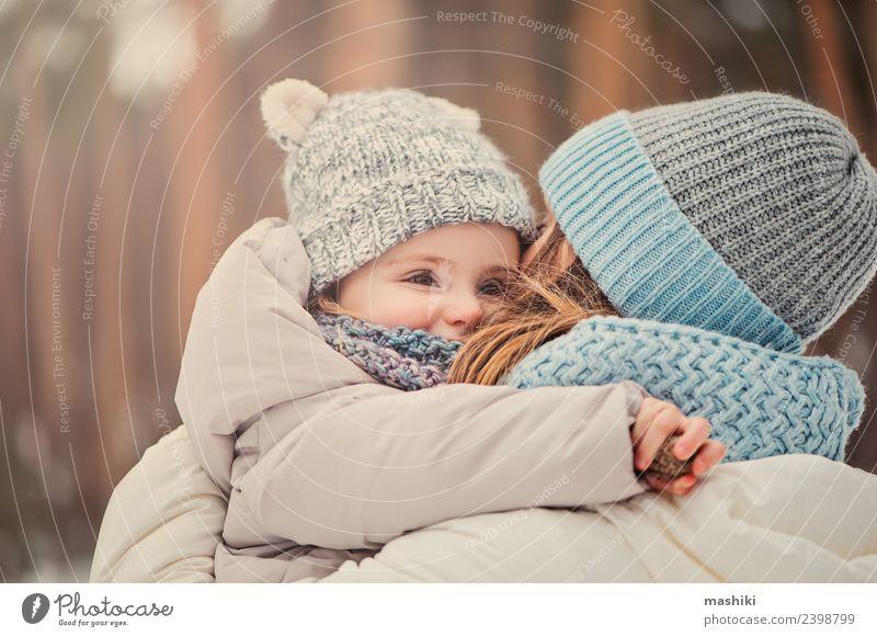 Mutter und Baby auf Winterspaziergang Lifestyle Freude Ferien & Urlaub & Reisen Schnee Kind Kleinkind Frau Erwachsene Eltern Familie & Verwandtschaft