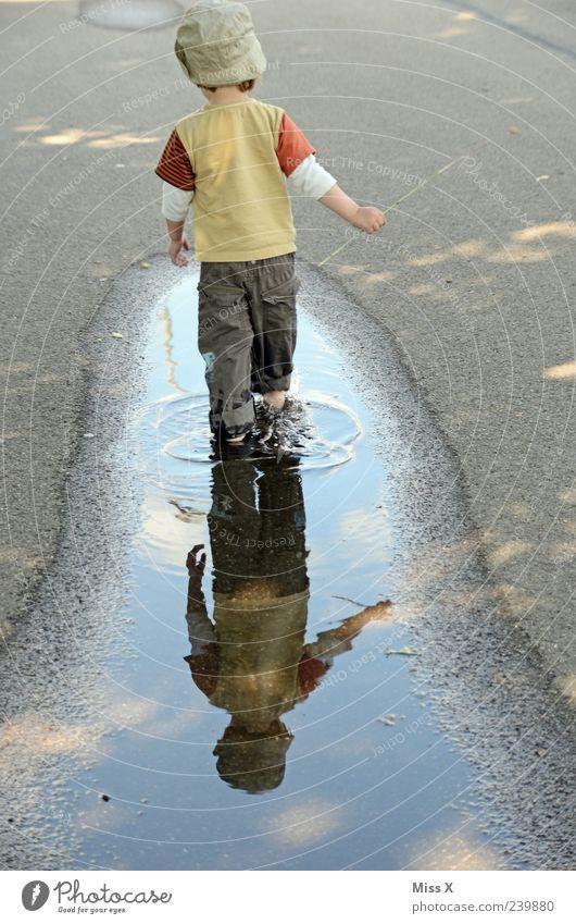 Lieblingsbeschäftigung Mensch Kind Wasser Freude Straße Spielen Wege & Pfade lustig Regen Wetter Kindheit dreckig laufen nass Kleinkind Mütze