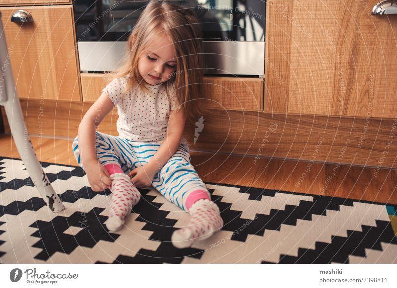 fröhliches Kleinkind-Mädchen im Pyjama Frühstück Lifestyle Freude Glück schön Spielen Küche Kind Baby Frau Erwachsene Kindheit Bekleidung sitzen Fröhlichkeit
