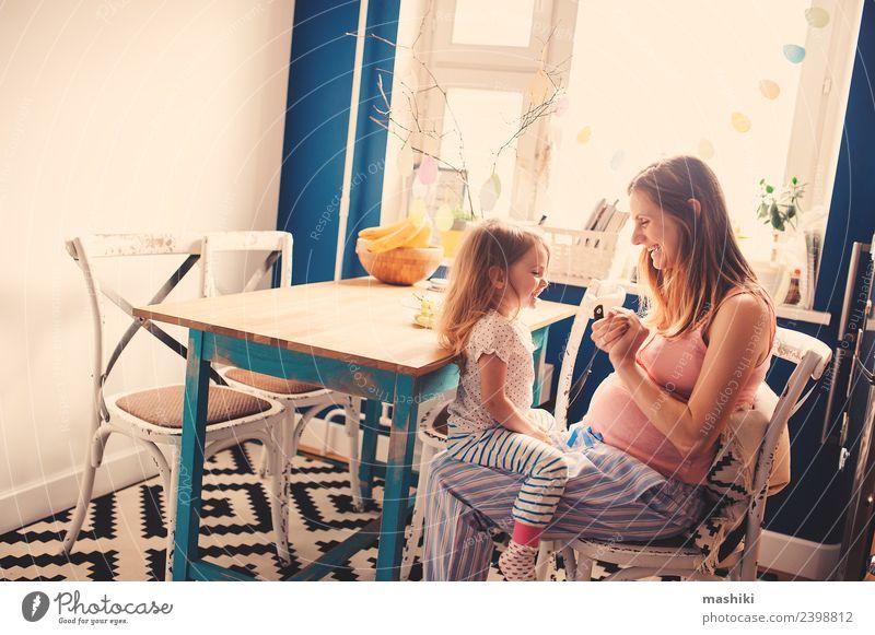 glückliches Kleinkind-Mädchen spielt mit schwangerer Mutter Frühstück Tee Küche Kind Baby Eltern Erwachsene Schwester Familie & Verwandtschaft Freundschaft