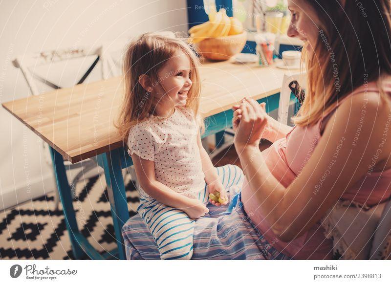 glückliches Kleinkind-Mädchen spielt mit schwangerer Mutter Frühstück Tee Freude Glück schön Spielen Tisch Küche Kind Baby Eltern Erwachsene