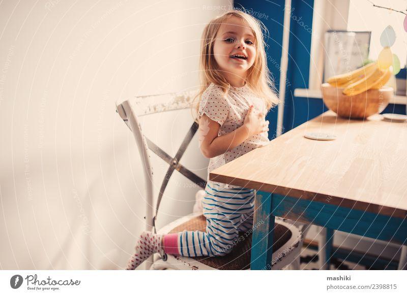 fröhliches Kleinkind beim Spielen in der Küche Frühstück Lifestyle Freude Glück schön Gesicht Kind Baby Lächeln lachen sitzen Fröhlichkeit klein modern niedlich