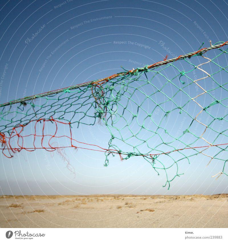 Spiekeroog | Kampfplatz Himmel alt Strand Ferne Sand hoch kaputt Schnur Netz verfallen diagonal Verfall schäbig Blauer Himmel verwittert gerissen