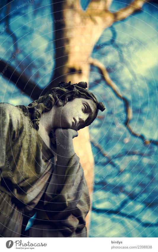 Melancholie feminin Skulptur Himmel Schönes Wetter Baum Stein Traurigkeit ästhetisch historisch schön blau gelb grau Glaube Trauer Tod Schmerz Sehnsucht