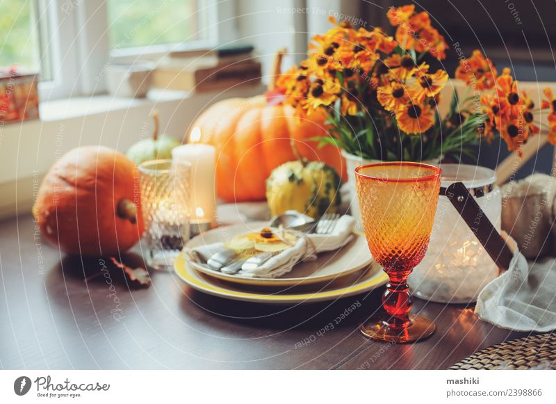 herbstliche traditionelle saisonale Tischkultur Gemüse Abendessen Teller Besteck Dekoration & Verzierung Feste & Feiern Erntedankfest Halloween Herbst Blume