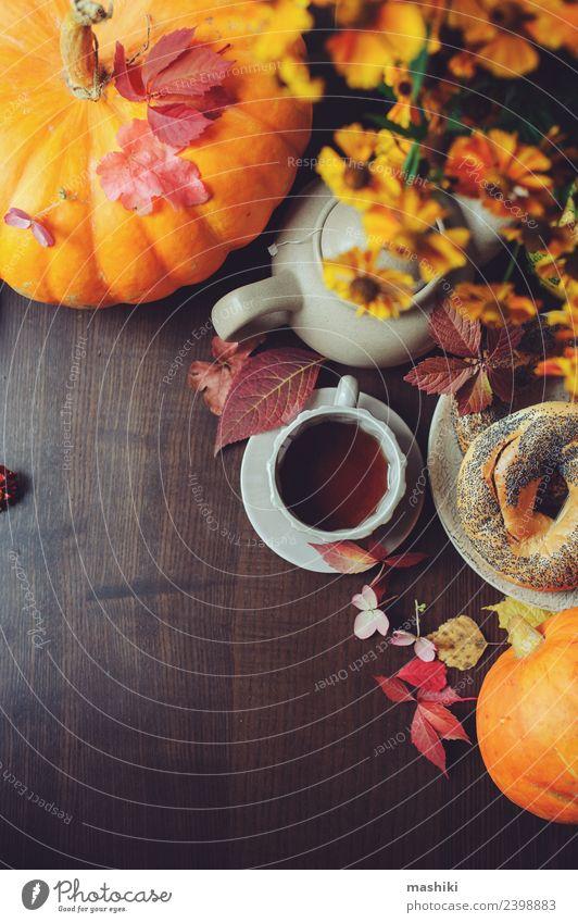 Draufsicht auf das gemütliche Herbstfrühstück auf dem Tisch Frühstück Getränk Tee Topf Lifestyle Erholung Dekoration & Verzierung Wärme Blatt Wald Geborgenheit
