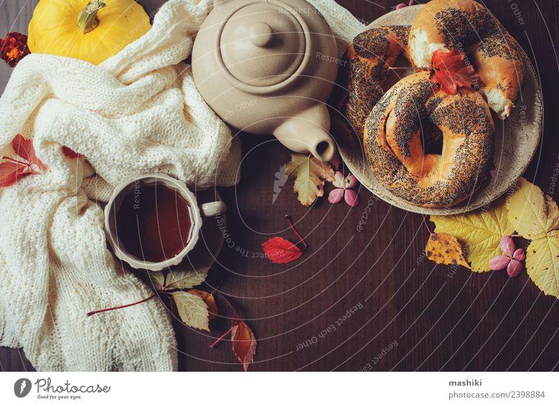 Draufsicht auf das gemütliche Herbstfrühstück auf dem Tisch Frühstück Getränk Tee Topf Lifestyle Dekoration & Verzierung Blatt Pullover Geborgenheit bequem
