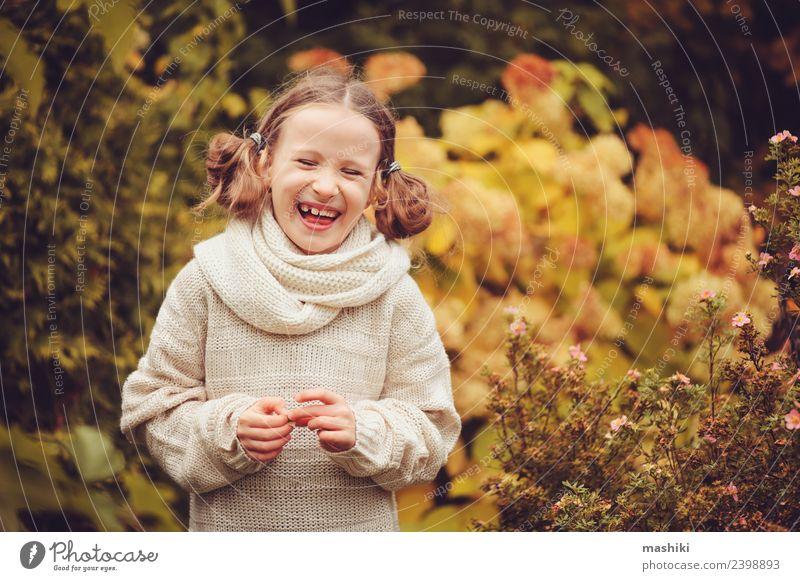 glückliches Kind Mädchen spielt im Herbstgarten Freude Glück Spielen stricken Ferien & Urlaub & Reisen Garten Arbeit & Erwerbstätigkeit Natur Wärme Blume Blatt