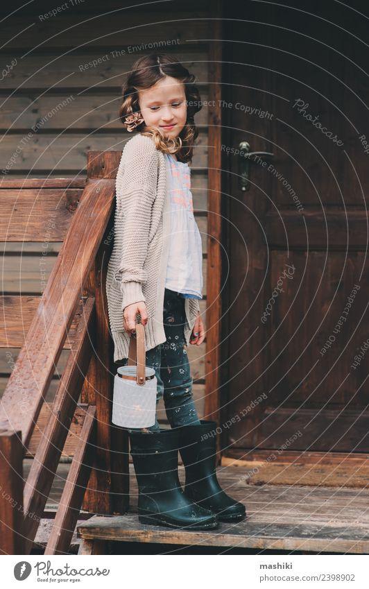 Kind Mädchen im gemütlichen Landhaus Ferien & Urlaub & Reisen Abenteuer Haus Lampe Kindheit Natur Wald Hütte Gebäude Holz träumen natürlich Geborgenheit Laterne
