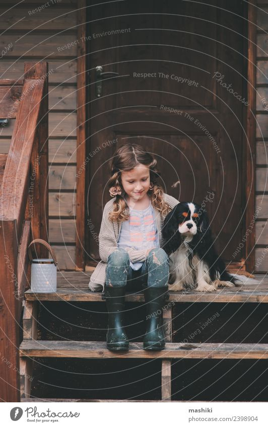 Kind Mädchen mit ihrem Hund auf der Veranda der Kabine Spielen Ferien & Urlaub & Reisen Abenteuer Haus Freundschaft Kindheit Natur Gebäude Haustier Holz träumen